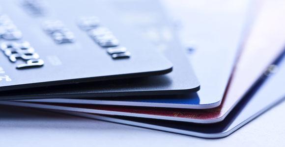 Mit Karte, bitte. Immer mehr Menschen ziehen Kreditkarten dem Bargeld vor.