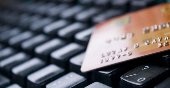 Kreditkarte auf einer Tastatur