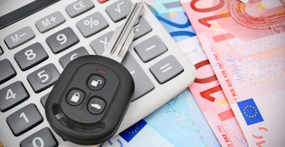 Autoschlüssel auf Taschenrechner und Euroscheinen