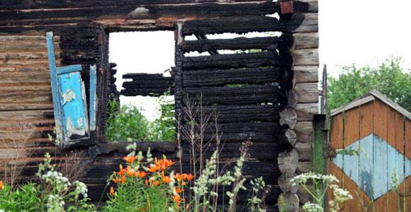 Versicherungen für Immobilienbesitzer. brandruine-holzhaus
