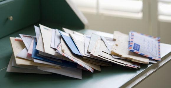 Briefe auf Schränkchen