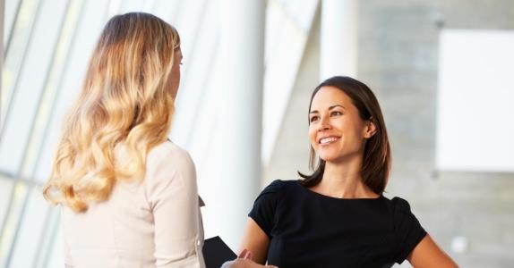 Die besten Tipps für die Gehaltsverhandlung. Aufrechte Körperhaltung unterstreicht gute Argumente wirksam.