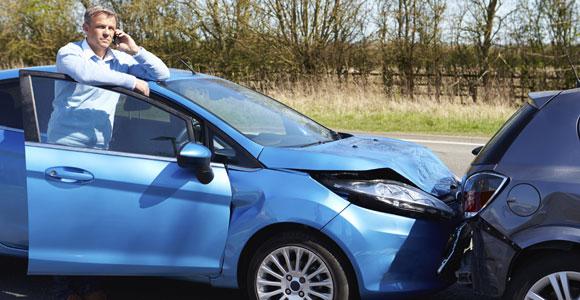 Auch wenn der erste Schreck groß ist, ein Autounfall mit Blechschaden laesst sich im Normalfall recht unkompliziert regeln.