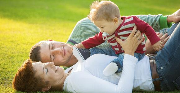 Das Elterngeld: Wie viel steht mir zu?. Seit der Einfuehrung des Elterngeldes kehren nach der Geburt wieder mehr Muetter in ihren alten Beruf zurueck.