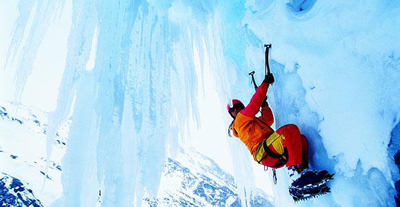 Wer einer riskanten Sportart wie Eisklettern nachgeht, den erwarten hoehere Tarife bei der Risikolebensversicherung.