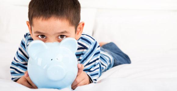 Ein eigenes Konto oder doch lieber ein Sparschwein? Was ist die bessere Wahl fuer Kinder?