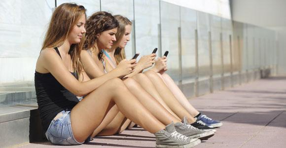 """Jugendverschuldung – """"Oft fehlt das längerfristige Denken"""". Ein Smartphone zu haben ist inzwischen fast selbstverstaendlich, fuer viele junge Leute ist es ein Einstieg in die Verschuldung."""