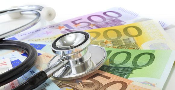 Zum 01. Januar 2015 sinken die Beiträge zur gesetzlichen Krankenkassen, ob sich daraus wirklich ein finanzieller Vorteil für die Versicherten ergibt, ist sehr fragwürdig.