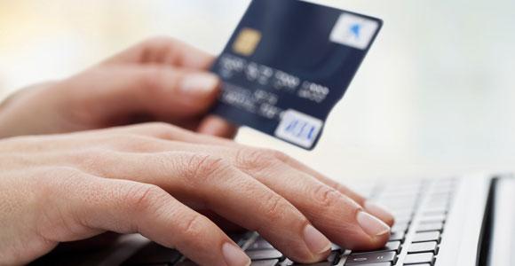 Nicht nachvollziehbare Abbuchungen auf der Kreditkarte sollten auf jeden Fall der Bank gemeldet werden.