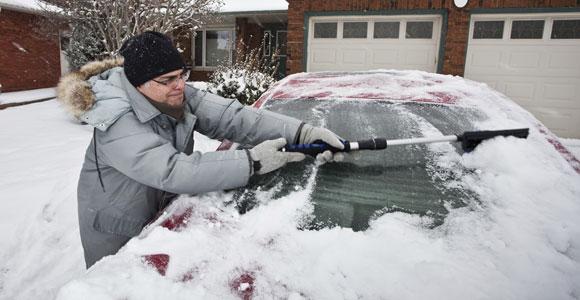 Wer im Winter das Auto startklar bekommen moechte, kommt um das EIskratzen nicht herum.