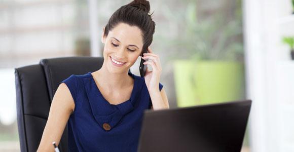 Mit diesen Tipps das Telefoninterview meistern. Auch wenn einen der Gespraechspartner nicht sieht, empfehlen Experten, sich beim Telefoninterview so zu kleiden wie fuer ein persoenliches Vorstellungsgespraech.