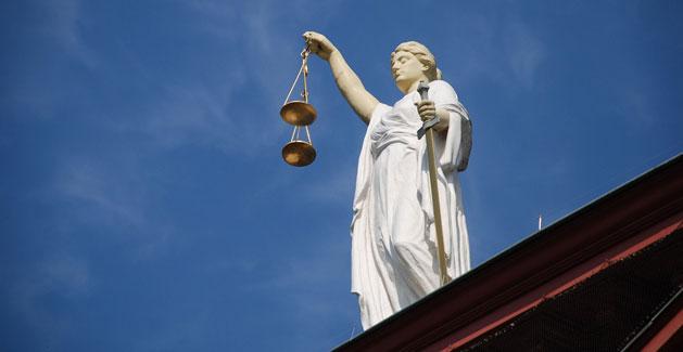 Hartz IV: Klage vor dem Sozialgericht. Fuer viele Empfaenger von Arbeitslosengeld II kann sich der Gang vor das Sozialgericht lohnen.
