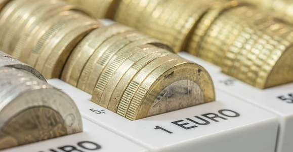 Zweistellige Euro-Beträge, die sich schnell zusammenleppern, stellen manche Banken für Verzugsschäden in Rechnung.