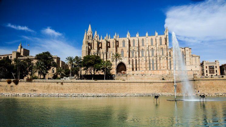 Mallorca Police – Mietwagenschutz im Ausland. mallorca kathedrale