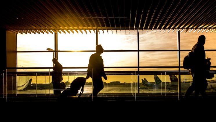 Auf diese Dinge sollte man bei Flugreisen in Sachen Zoll achten. Auf Flugreisen innerhalb der EU herrscht freier Wahrenverkehr