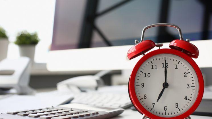 Werkstudenten: So ist die Arbeitszeit geregelt. Die 20-Stunden-Regel muss von Werkstudenten beachtet werden