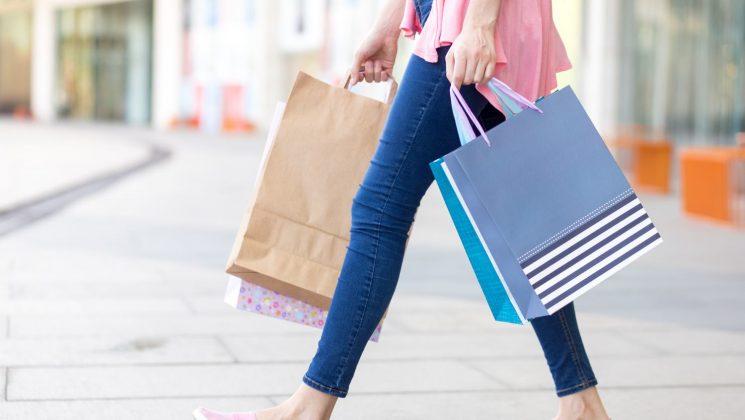 Umsatzsteuer: Was Verbraucher wissen müssen. Die Umsatzsteuer wird als indirekte Steuer vom Verbraucher gezahlt